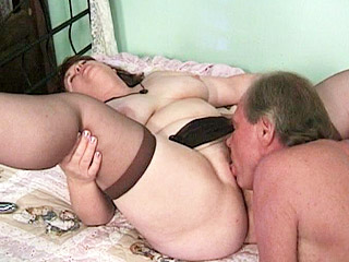 Flabby granny spreading to have her pussy licked